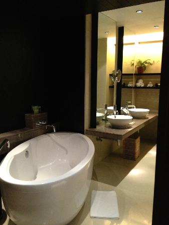 The Westin Hyderabad Mindspace: Bathroom