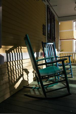 Inn at the Oaks: Wrap around porches with relaxing rocking chairs just beckon for a cup of coffee or lemonade