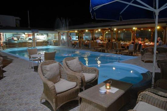 Panorama Hotel Apartments: Restaurant by the pool