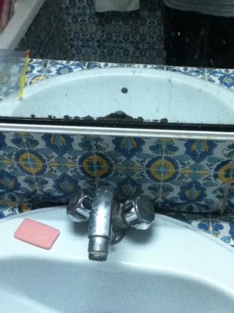 Hotel de Russie : évier avec moisissure et miroir sale tels que trouvés à notre arrivée