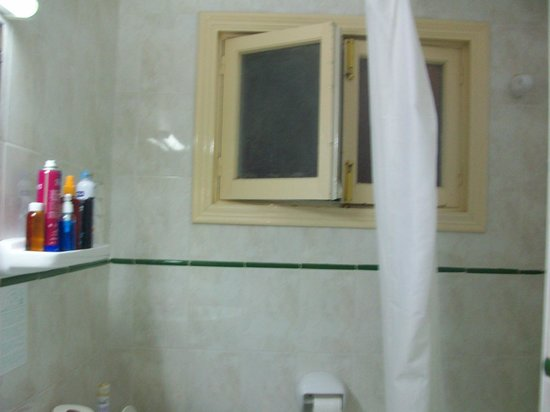 Residencial Bristol Hotel: toilet window