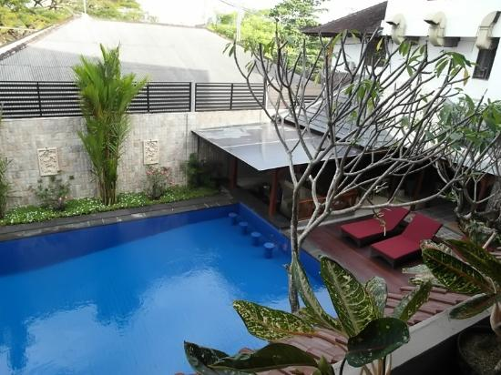 Ari Putri Hotel: The Pool from our balcony