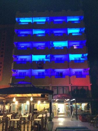 Panormos Hotel: Gece görünümü cok guzel :)