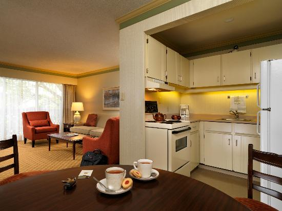Royal Scot Hotel & Suites: One Bedroom Suite Kitchen/Dining Area