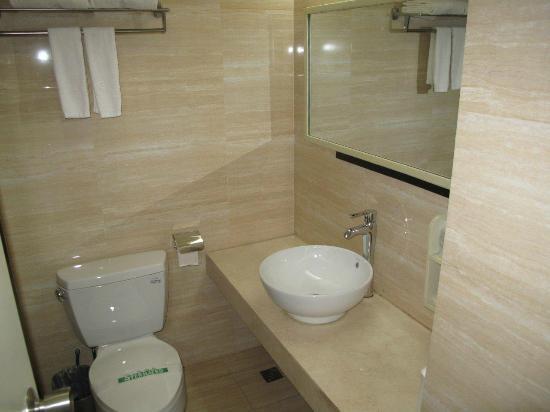 Zhenmei Holiday Hotel Guilin Yangshuo Aiyuan: Neues aber liebloses Bad - mit fehlender Duschtür