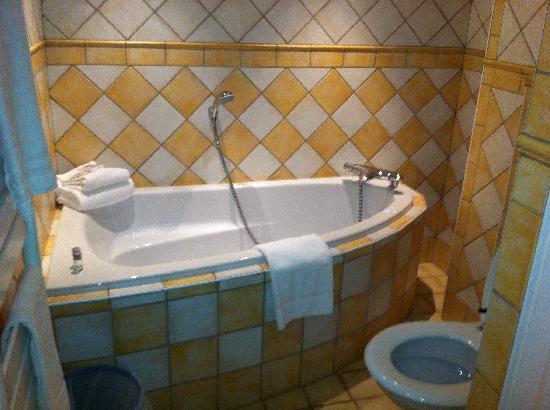 Hotel La Rotonde : Nice big tub