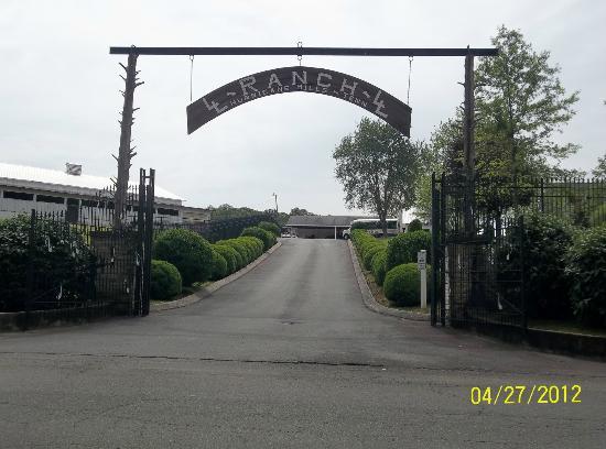 Loretta Lynn's Ranch: Driveway into Loretta's home