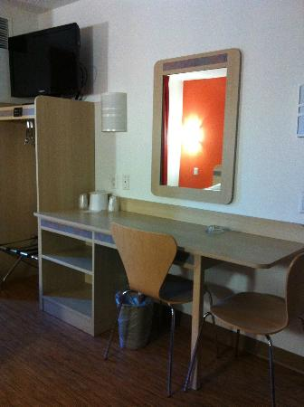 Motel 6 Burlington - Colchester: Desk & TV