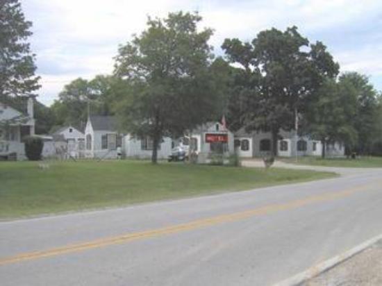 Weaubleau Motel: Motel front