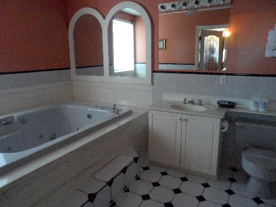 Mount Baker Hotel: honeymoon suite bathroom
