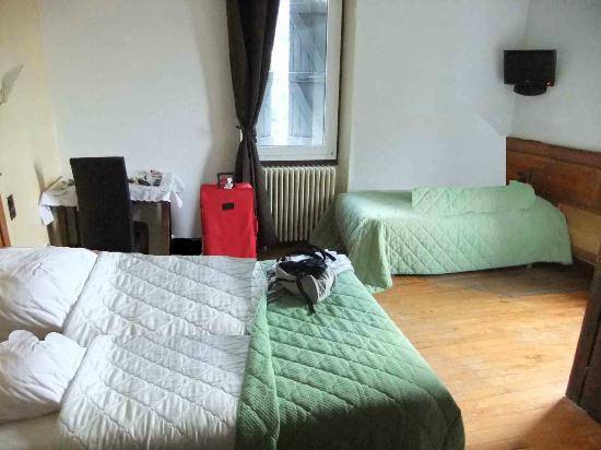 Chambre 3 personnes photo de savoy hotel le bourget for Chambre 3 personnes