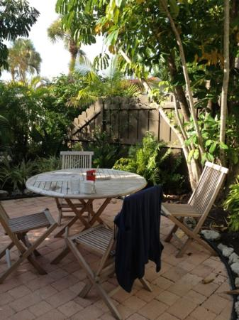 Sunrise Garden Resort: Morning coffee on the patio.