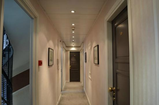 Hôtel Virgina : Hall way in between rooms