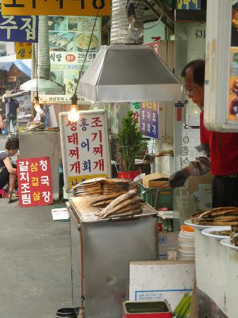 ‪Grilled Fish Street in Dongdaemun Market‬