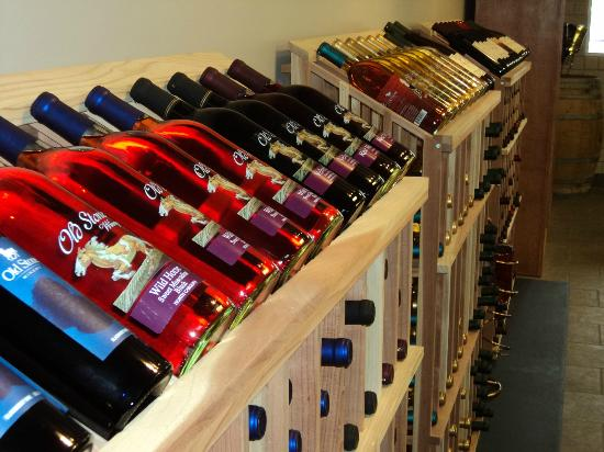 Old Stone Winery: Many wines to choose from