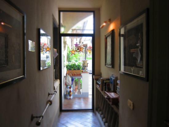 Relais Grand Tour: entrance corridor