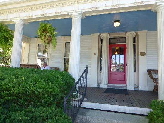 Abigail's Inn: Front porch - a wonderful place to relax