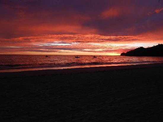 Hotel Les Hauts Manguiers a Nosy Be: coucher de soleil sur la plage à proximité de l'hôtel