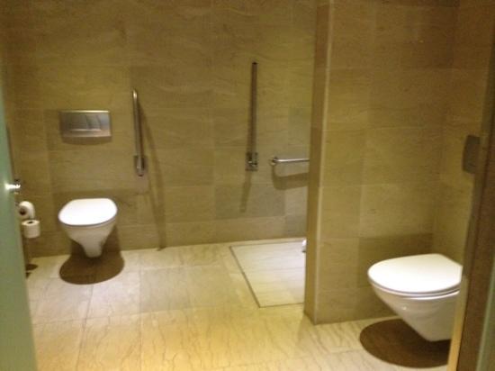 salle de bain double wc et douche - Picture of Hotel Miramar ...
