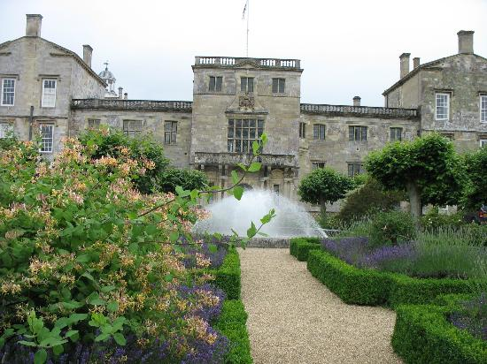 Garden with lavender and Statues, surrounding a fountain, infront of Wilton House nt of Wilton H