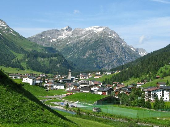 Hotel Theodul: Lech as viewed from the apartment