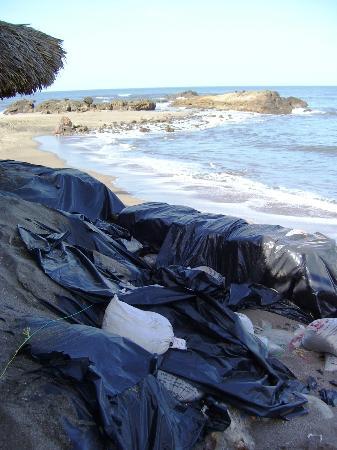Playa Roca Beach Hotel: weg naar het strand langs plastic zakken die het wegspoelen van het terras moeten tegenhouden
