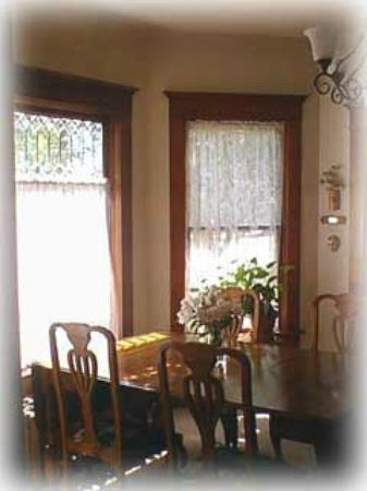 Ellen's Bed & Breakfast : Victorian dining room