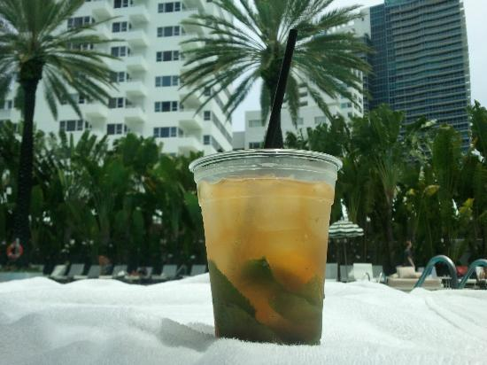 The Raleigh Miami Beach: Refreshment at the pool