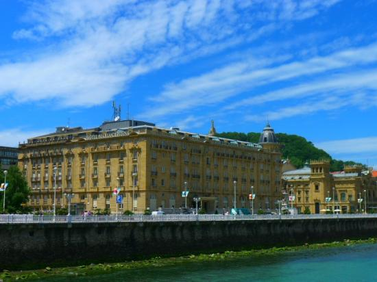 Hotel Maria Cristina, a Luxury Collection Hotel, San Sebastian: View from across the river in Gros.