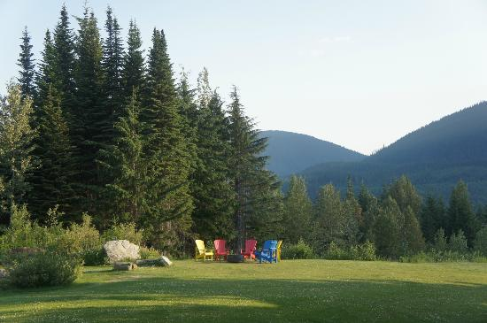 Heather Mountain Lodge: The hotel's garden with chairs for guests