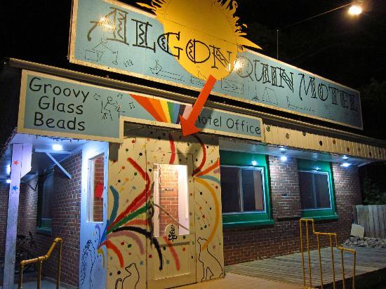 Algonquin Motel : Motel Main Office Entrance at Night