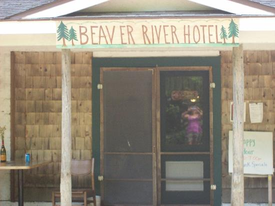 Beaver River, Estado de Nueva York: Standing Outside the Lodge