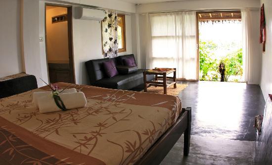 Maya Villa Siargao: bed room with swimming pool view