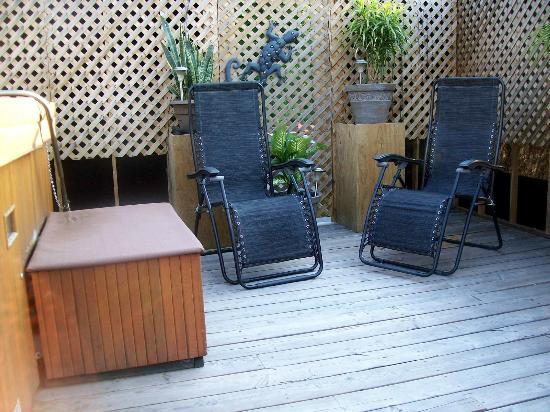 A la Claire Fontaine: Une belle petite terrasse avec spa