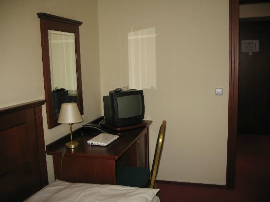 Hotel Lunik : Desk in my room