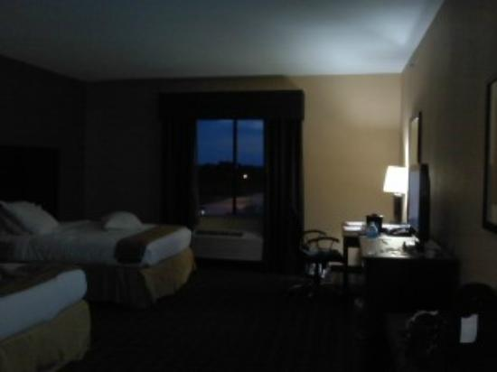 Holiday Inn Express Texarkana East: Queen double, more open floor space than other queen double
