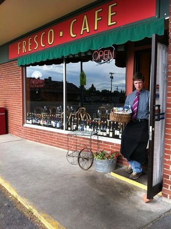 Fresco Cafe: On the way to outdoor tables