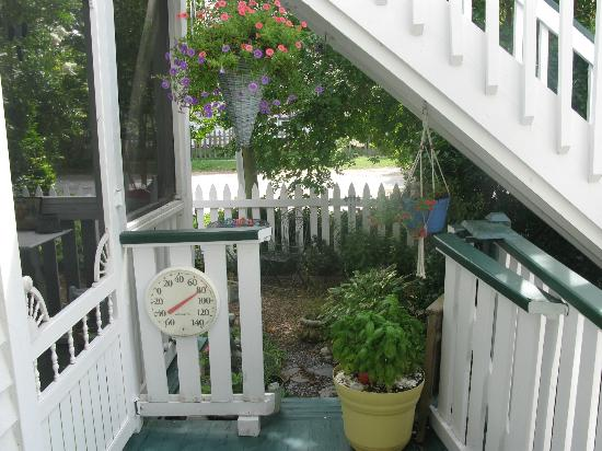 Barclay Cottage Bed and Breakfast: porch/garden