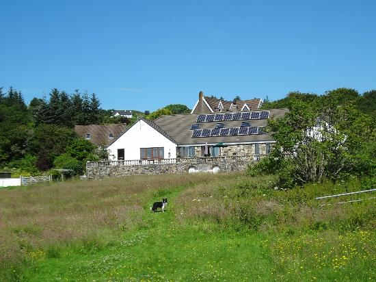 Morar Bed and Breakfast: Look back to the house from the ocean front