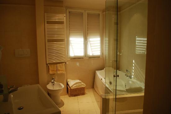 Tornabuoni La Petite Suite : Large bathroom