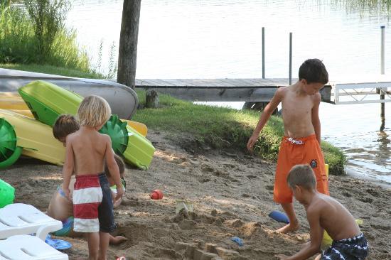Bear Paw Resort: Great sandy beach