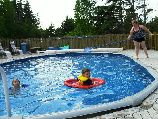 Cavendish Breeze Inn: Fun in the pool!