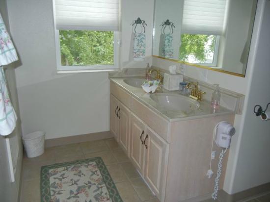 Bluebird Inn: Very modern, clean bathroom