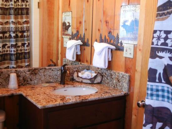 Tahoe Vista, Kaliforniya: Bathroom facilities make Lodge feel freshly built
