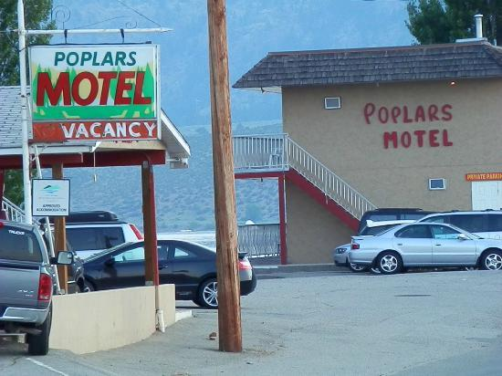 Poplars Motel On The Lake: veiw from the road