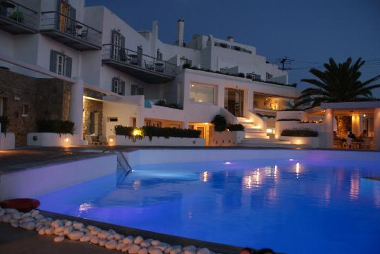 Ilio Maris Hotel: Pool by evening