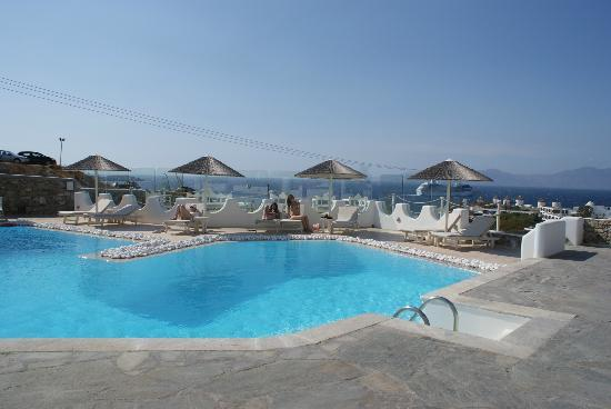 Ilio Maris Hotel: Pool by day