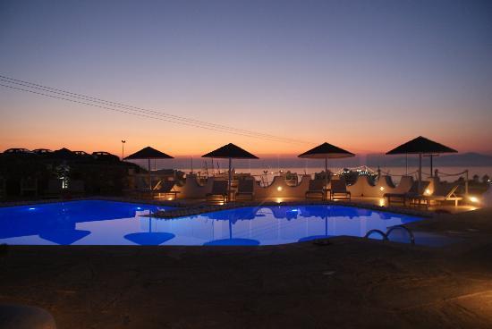 Ilio Maris Hotel: Pool by sun set