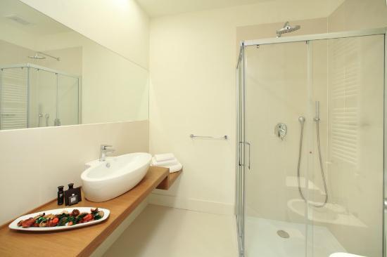 Al Castello Luxury B&B : Bagno con ampia doccia