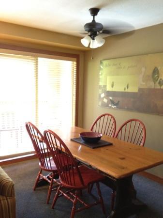 Embarc Whistler: ダイニングテーブル